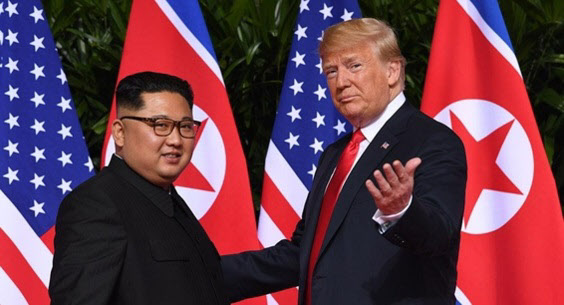 지난 2018년 6월 싱가포르에서 열린 1차 미북 정상회담에서 도널드 트럼프 미 대통령과 김정은 북한 국무위원장./AP 연합뉴스