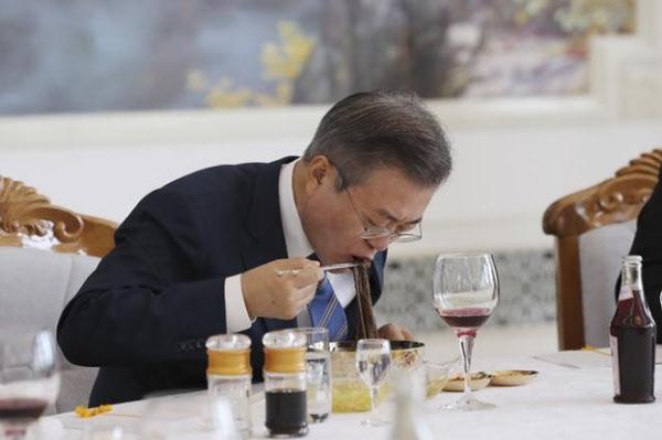 문재인 대통령이 2018년 9월 19일 평양 옥류관에서 열린 김정은 국무위원장과 오찬에서 평양냉면으로 식사하고 있다. /평양사진공동취재단