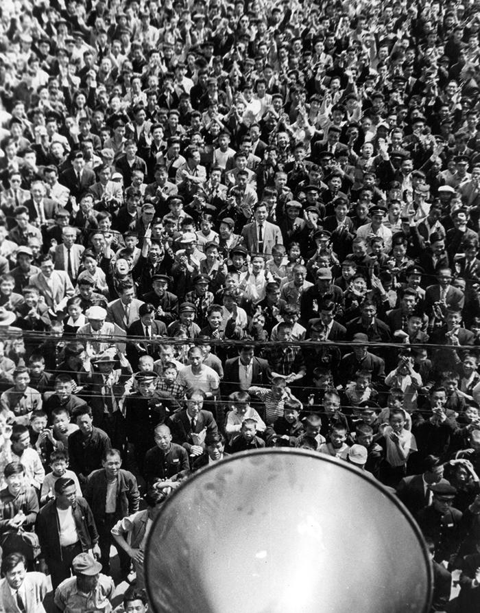 1960년 4월 26일 태평로에 운집한 군중이 조선일보 사옥에 설치된 확성기를 통해 이승만 대통령의 하야 특별 담화를 듣고 있다. 최석채는 '군중 앞에서 영국 기자와 함께 만세를 불렀다'고 회고했다.