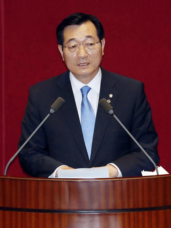 민홍철 국회 국방위원장이 15일 서울 여의도 국회에서 열린 본회의에서 당선 인사를 하고 있다. /뉴시스