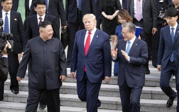작년 6월 판문점에서 만났던 문재인 대통령(오른쪽부터)과 트럼프 미국 대통령, 김정은 국무위원장.