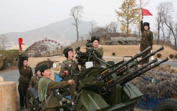 최근 우리 군 GP총격사건에도 사용된 북한군 14.5mm 고사총. 최전방 북한군 일부 부대에서 사격훈련을 하는 모습이 포착된 것으로 알려졌다. /조선일보 DB