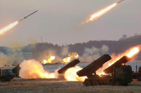 240mm 등 북한군 방사포 사격훈련 모습. 최전방 갱도진지의 장사정포를 외부로 꺼내 무력시위를 할 가능성도 예상되고 있다./조선일보 DB