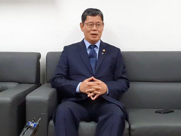 김연철 통일부 장관이 17일 오후 서울 종로구 정부서울청사 기자실에서 사의 표명과 관련해 발언하고 있다. /뉴시스