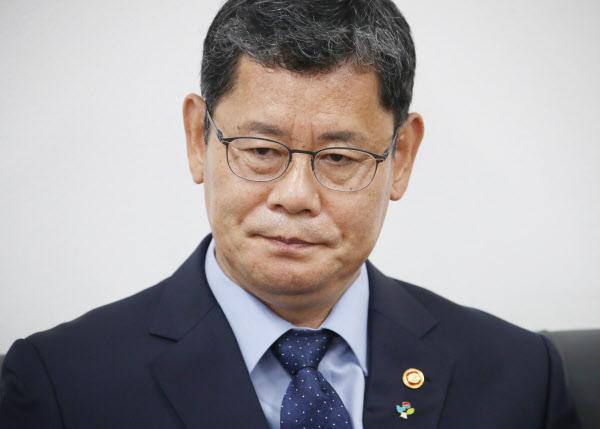 김연철 통일부 장관이 17일 오후 정부서울청사 기자실을 찾아 최근 남북관계 악화에 대한 책임을 지겠다며 사의를 표명하고 있다./연합뉴스