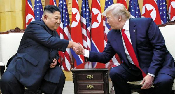 2019년 6월 판문점 자유의 집에서 도널드 트럼프 미국 대통령과 김정은 북한 국무위원장이 악수하고 있다. /뉴시스