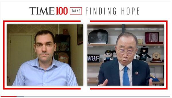 반기문 전 유엔 사무총장이 17일 타임 진행자와 인터뷰하고 있다. /타임 홈페이지 캡처