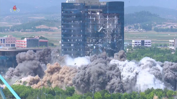 북한 조선중앙TV는 17일 개성 남북공동연락사무소 폭파 영상을 공개했다. 영상에는 폭발음과 함께 연락사무소가 회색 먼지 속에 자취를 감추고 바로 옆 15층 높이의 개성공단 종합지원센터 전면 유리창이 산산조각이 난 모습이 담겼다./연합뉴스