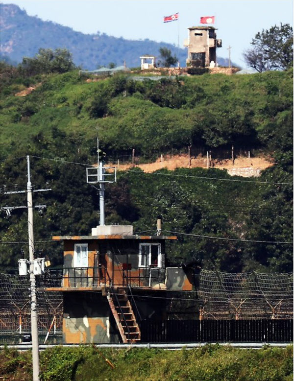 비무장지대(DMZ) 우리군 GP의 모습. 건너편에 인공기를 단 북측 초소가 보인다. /연합뉴스