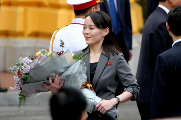 2019년 3월 베트남 하노이에서 열린 미북 정상회담 환영행사 당시 김여정 북한 노동당 제1부부장이 꽃다발을 들고 있다./EPA 연합뉴스