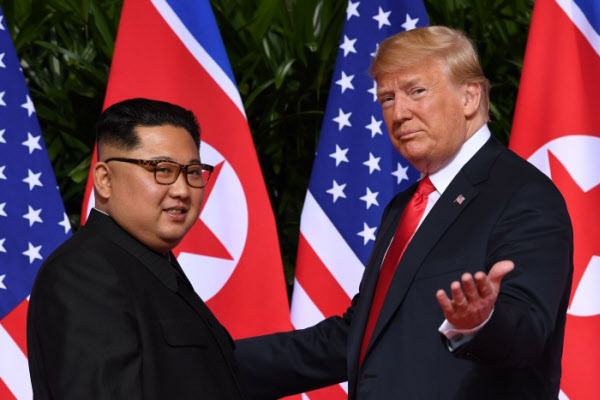 2018년 6월 11일 싱가포르에서 만난 도널드 트럼프 미 대통령과 김정은 북한 국무위원장./AFP 연합뉴스