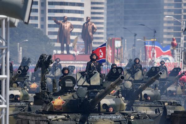 2018년 9월 북한 인민군 탱크가 평양 김일성 광장에서 퍼레이드를 펼치고 있다./AFP 연합뉴스