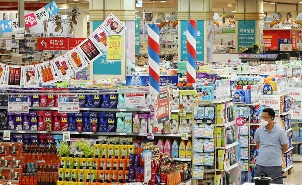 서울에 있는 한 대형마트에서 1+1 행사, 50% 할인 판매 등을 하고 있다. /연합뉴스