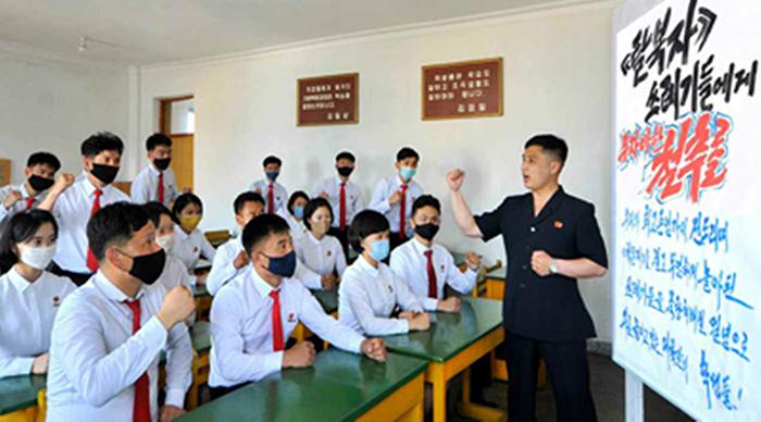 학교에서도… 北, 연일 대남비난 선동전 - 북한 노동신문은 19일 김철주사범대학 학생들이 탈북자들의 대북 전단 살포를 비판하는 모습을 보도했다. 북한은 각계각층의 주민들을 동원해 대북 전단 살포를 성토하는 집회를 열고 있다.