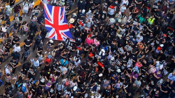영국기를 흔들며 시위하는 홍콩 민주화 시위대