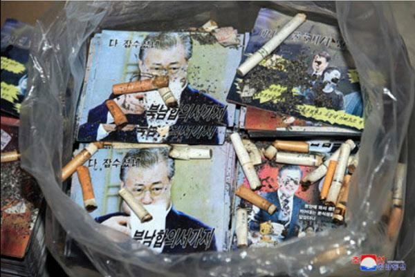 북한이 20일 대남 삐라(전단) 위에 담배꽁초를 던져넣은 모습의 사진을 공개했다/연합뉴스