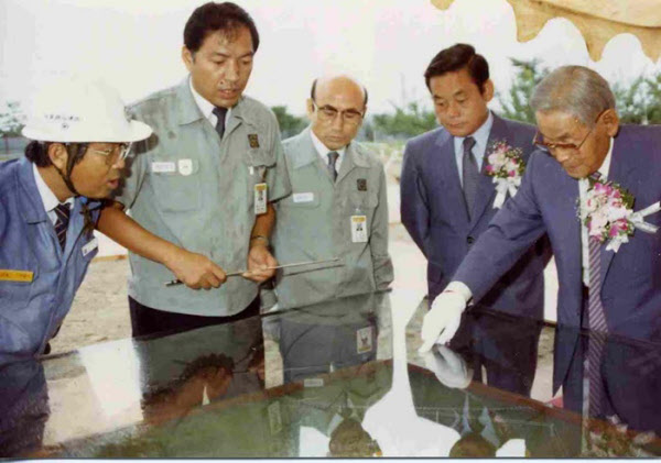 1987년 삼성전자 반도체공장 3라인 기공식에 참석한 고 이병철(맨 오른쪽) 삼성그룹 창업자와 이건희(오른쪽에서 둘째) 회장