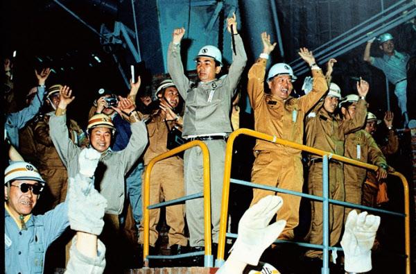1973년 '산업의 쌀' 국내 첫 생산 1973년 6월 9일 오전 포항 제1고로가 처음으로 쇳물을 쏟아내자 박태준(가운데) 당시 포항종합제철 사장과 임직원이 손을 번쩍 들고 만세를 부르고 있다