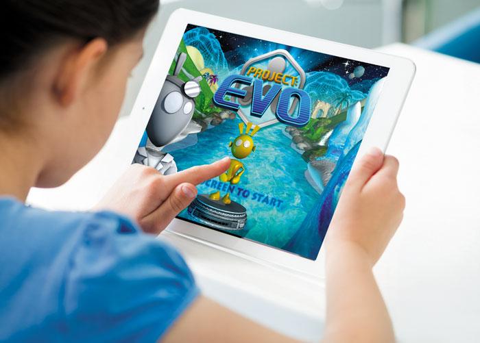 한 어린이가 태블릿PC로 아킬리인터랙티브랩이 개발한 ADHD 치료 게임을 하고 있다.