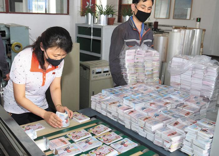 북한은 20일 노동신문 등 관영 매체를 통해 문재인 대통령 얼굴 사진이 들어간 대남 전단을 제작하고 있는 모습을 공개했다.