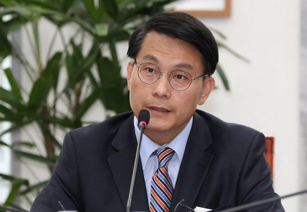 국회 외교통일위원장이었던 윤상현 의원이 지난 4월 22일 국회에서 외교부와 통일부로부터 보고를 받는 모습. /이덕훈 기자