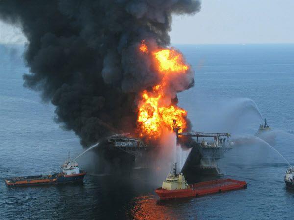 2010년 미국 멕시코만의 딥 워터 호라이즌 원유 우출 사고 현장. 5개월 동안 약 7억8000만 리터의 원유가 바다에 유출돼 미국 최악의 원유 유출 사고로 기록됐다./위키미디어