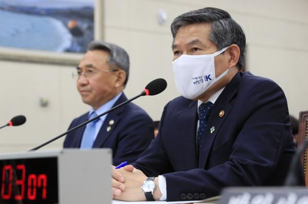 정경두 국방장관이 22일 국회에서 열린 국방위원회 전체회의에서 질의에 답하고 있다./연합뉴스