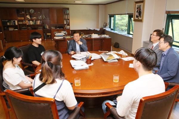 오연천 울산대 총장(가운데)이 22일 총장실에서 코로나 장학금 전달식 뒤 수혜학생 대표 4명, 이재기 교학부총장, 이인택 학생복지처장과 이야기를 나누고 있다. /울산대