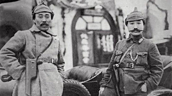 1922년 1월 모스크바 극동민족대회에 참석한 홍범도 장군(왼쪽)과 최진동 장군이 레닌에게서 선물 받은 권총을 차고 기념촬영을 하고 있다./반병률 교수 제공