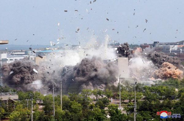 북한이 공개한 지난 16일 오후 남북공동연락사무소 폭파 장면. /조선중앙통신 연합뉴스