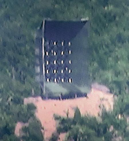 北초소의 대남확성기 - 북한군의 대남 확성기로 추정되는 물체가 22일 황해남도 개풍군 북한군 초소 인근에서 포착됐다. /SBS