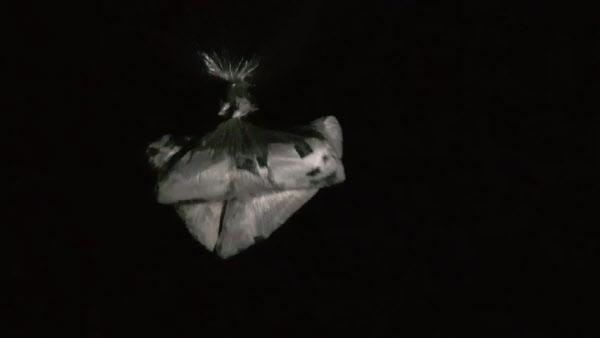자유북한운동연합이 지난 22일 밤 파주에서 날려보냈다며 공개한 전단 뭉치 사진./자유북한운동연합