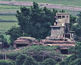 23일 오후 경기도 파주시 오두산 통일전망대에서 바라본 북한 지역 초소의 모습. 북한군으로 추정되는 사람도 보인다.
