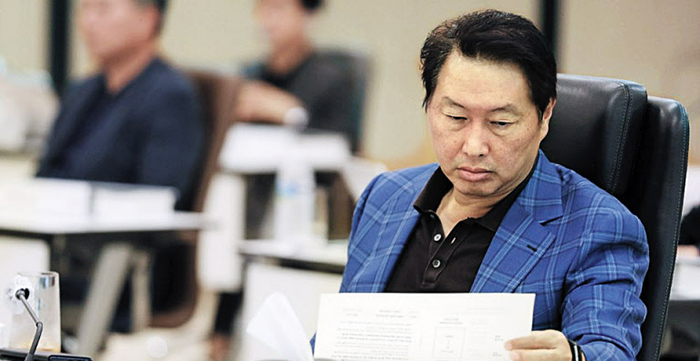 최태원 SK그룹 회장이 23일 경기도 이천 SKMS연구소에서 열린 '2020 확대경영회의'에 참석해 자료를 살펴보고 있다.