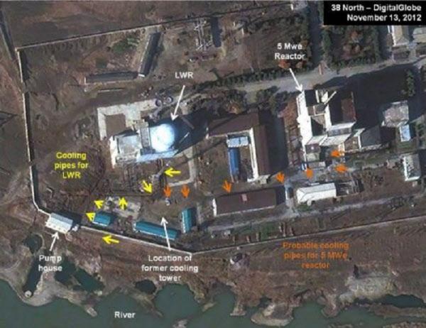 2015년 촬영된 영변 핵단지에서 무기급 플루토늄 제조를 위해 사용후 연료봉을 만드는 5MW 흑연감속로(원자로)의 모습/38노스
