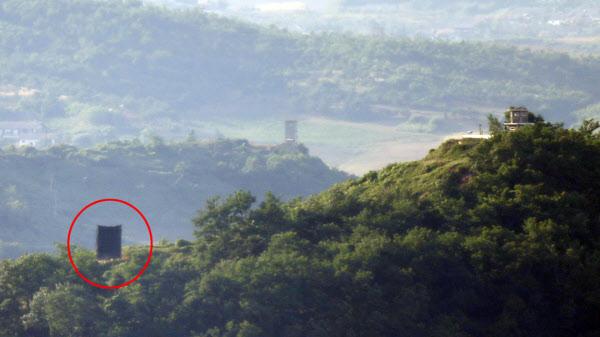 북한이 남북 접경지역 여러 곳에서 대남 확성기를 재설치하는 것으로 확인된 지난 22일 경기 파주시 접경지역에서 바라본 북측 초소에 대남확성기로 추정되는 물체가 보인다. /뉴시스