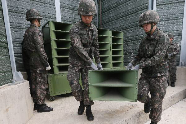 2018년 5월 1일 오후 경기도 파주시 육군 9사단의 한 초소에서 병사들이 임진강변에 설치된 대북 심리전 확성기 방송 시설을 철거하고 있다./조선DB