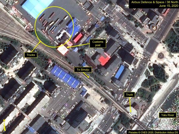 북한 평안북도 신의주 일대를 지난 15일 촬영한 위성사진에서 트럭들(동그라미 안)이 대기하는 모습이 보인다. /38노스