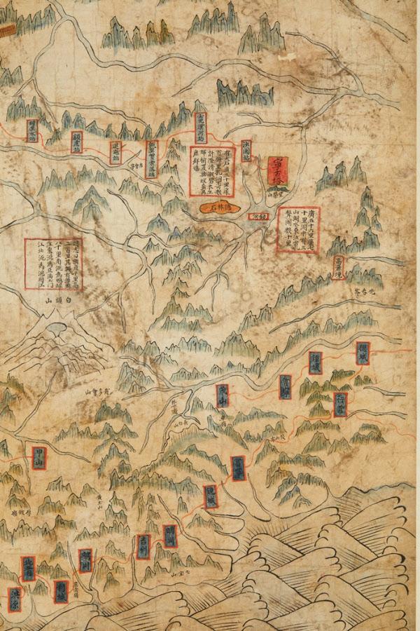 조선시대 군사지도인 '요계관방지도'. 지도 위 백두산 부근에 어지럽게 찍힌 발자국이 보인다. 6·25 전쟁 당시 북한군의 군홧발 자국이다. /국립중앙박물관 제공