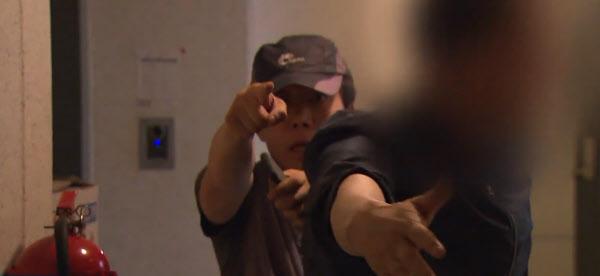 박상학 자유북한운동연합 대표가 자신의 주거지에 찾아온 취재진을 향해 향의하고 있다. /SBS 캡처