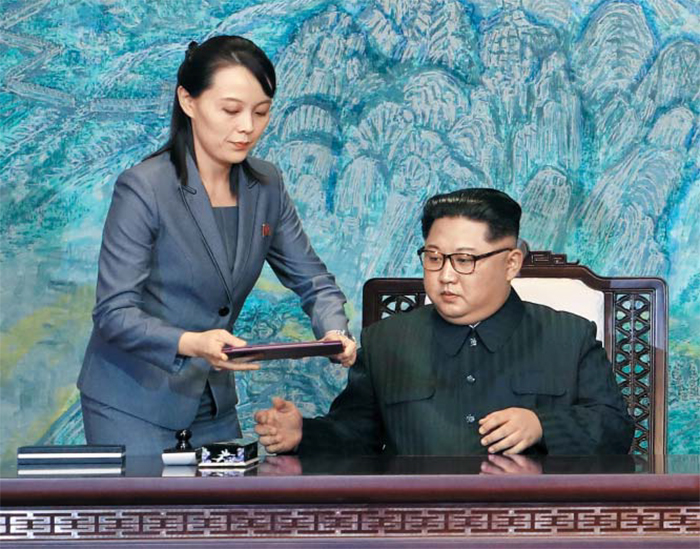 오빠 보좌하는 김여정 - 북한이 지난 4일부터 이어오던 '남조선 때리기'를 24일 멈추고 대남 군사행동도 보류했다. 사진은 2018년 4월 27일 김정은(오른쪽) 국무위원장이 김여정 노동당 제1부부장의 보좌를 받으며 판문점 평화의 집 1층에서 남북 공동선언문 서명을 준비하는 모습.