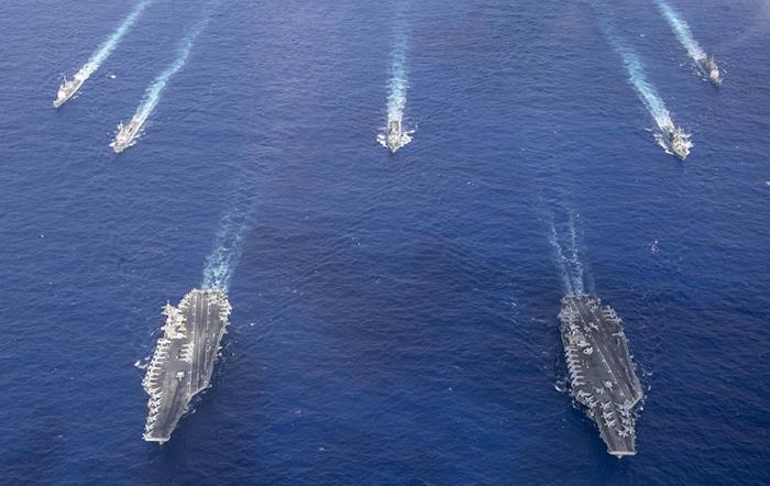 美 2개 항모전단 필리핀해 훈련 모습 공개 - 미국 인도태평양사령부가 23일 필리핀해에서 실시한 미국 핵추진 항공모함 시어도어 루스벨트함(CVN-71)과 니미츠함(CVN-68)의 훈련 사진을 공개했다.