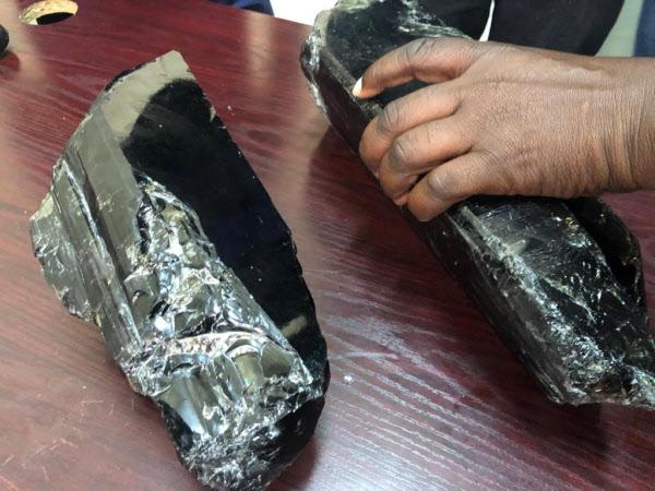 탄자니아 광부 사니니우 라이저씨가 채굴한 탄자나이트 원석. 두 개를 합한 가격이 우리 돈 40억원에 이른다./로이터 연합뉴스