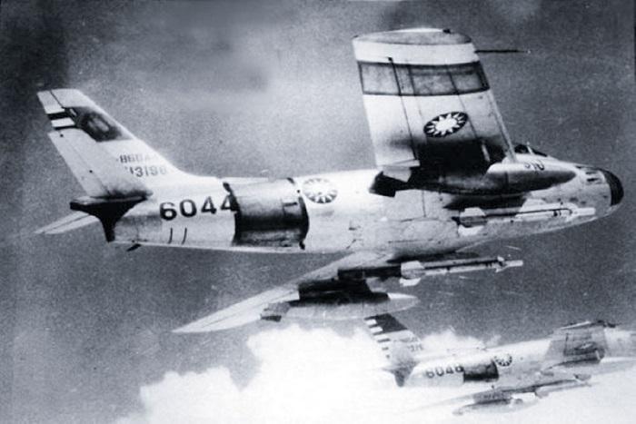 AIM-9 공대공미사일 장착하고 임무 수행 중인 대만의 F-86 전투기. 1958년 제2차 해협 전투 당시에 중국을 충격에 몰아넣은 필살기였다.