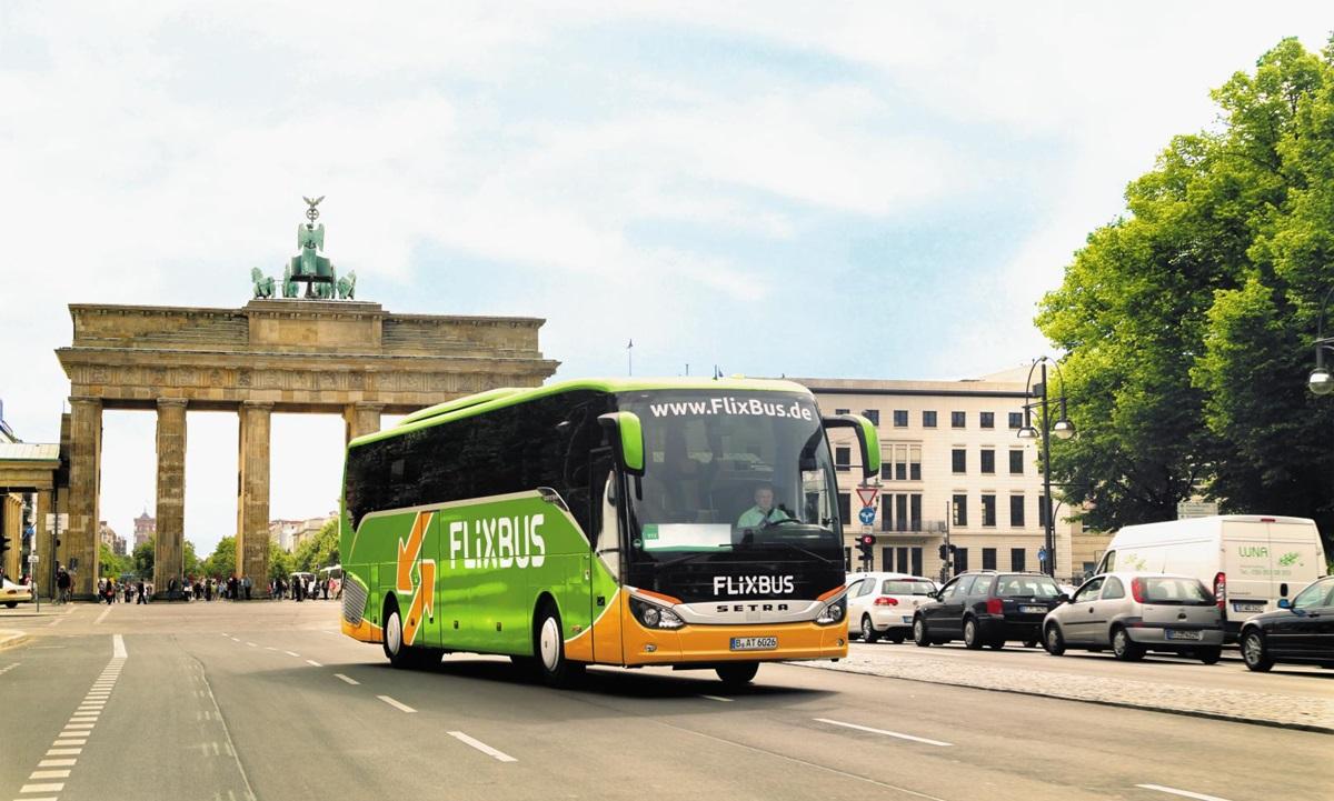 독일 베를린의 상징 브란덴부르크 문 앞을 달리는 플릭스버스(Flixbus). 독일에서 탄생한 플릭스버스는 이제 유럽 곳곳과 미국을 누비고 있다.
