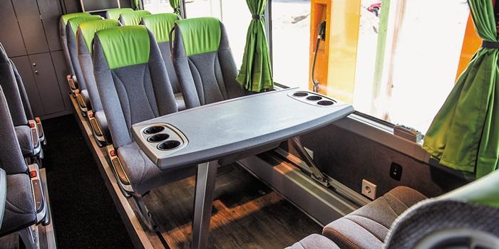 플릭스버스(Flixbus)엔 소비자가 고를 수 있는 선택지가 많다. 추가 요금을 내면 4인 가족이 마주 보고 앉을 수 있는 테이블석을 예약할 수도 있다. 좌석마다 전기 콘센트도 있다.
