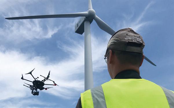 니어스랩의 자율비행 드론이 풍력발전기를 점검하는 모습. / 니어스랩