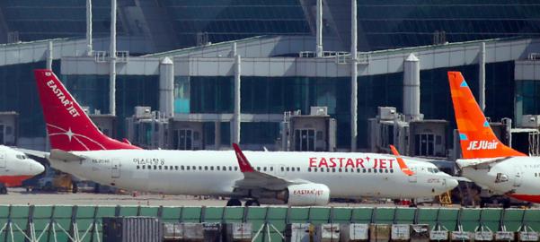 인천국제공항 계류장에 이스타항공 여객기와 제주항공 여객기가 멈춰 서 있다. /연합뉴스