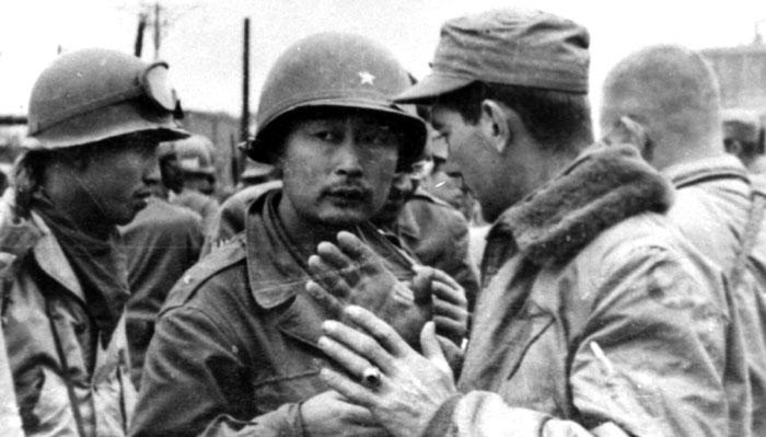 1950년 10월 평양 남쪽 선교리에서 시가지 진입을 앞두고 미 공지(空地) 연락 장교와 작전을 숙의 중인 백선엽 장군.