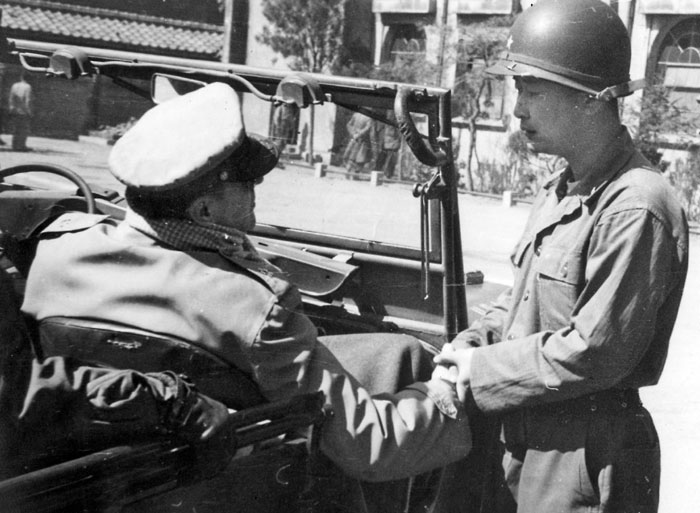 1951년 3월 서울을 탈환한 국군 1사단 사령부로 도쿄 유엔군 맥아더 총사령관이 예고 없이 방문해 백선엽 사단장과 대화를 나누고 있다.